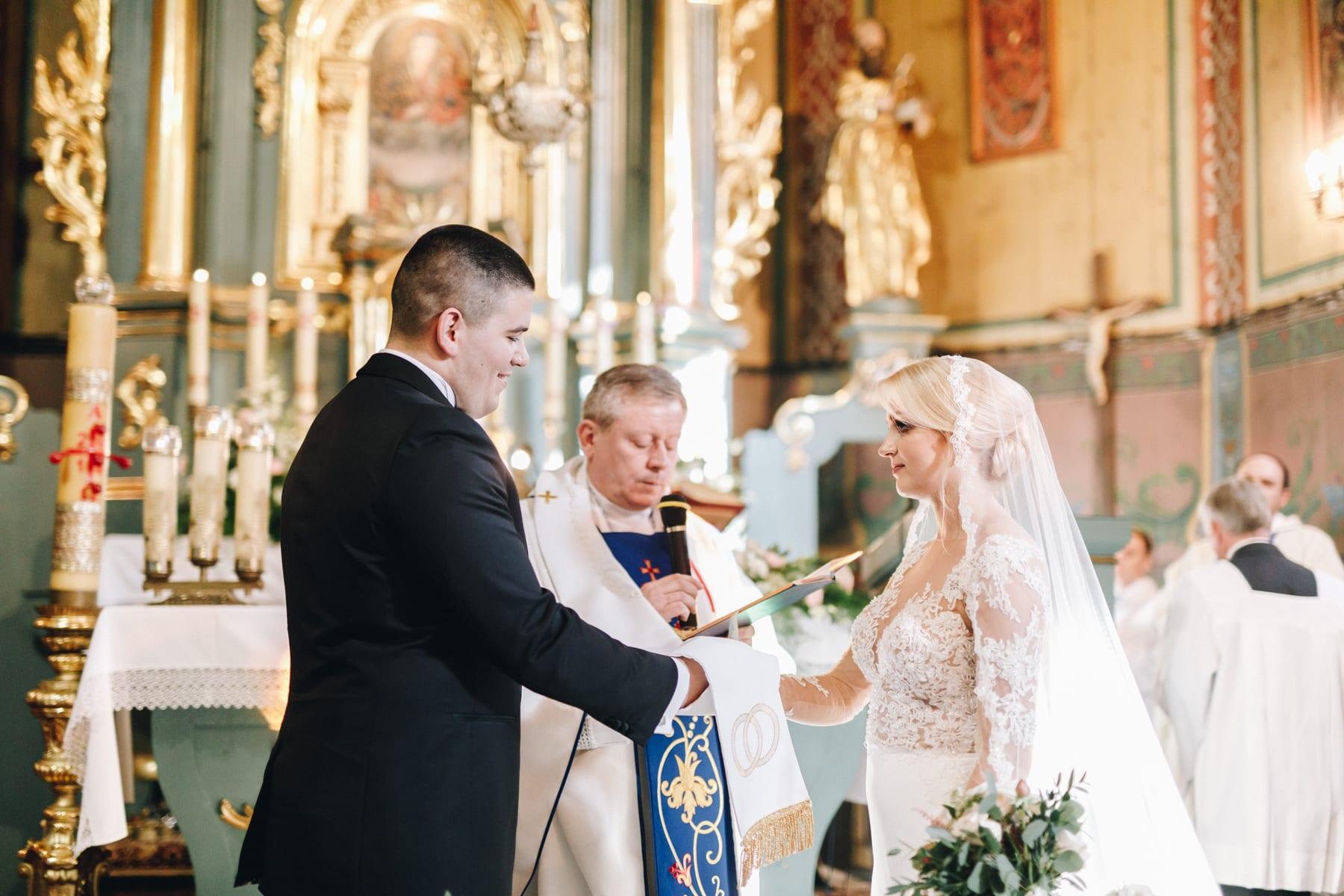 Ślub w drewnianym kościele-51